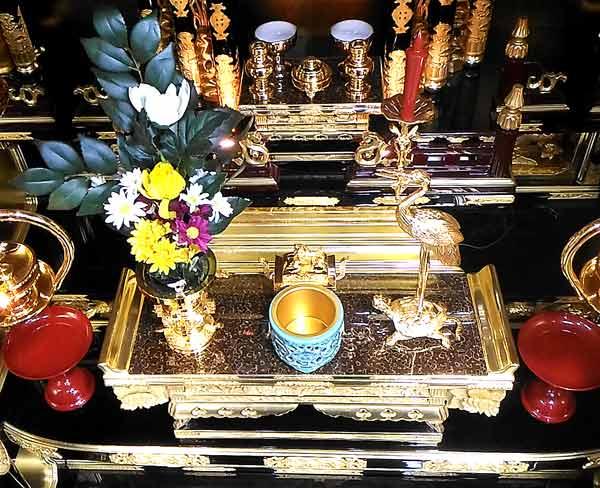 東本願寺の仏具配置三具足
