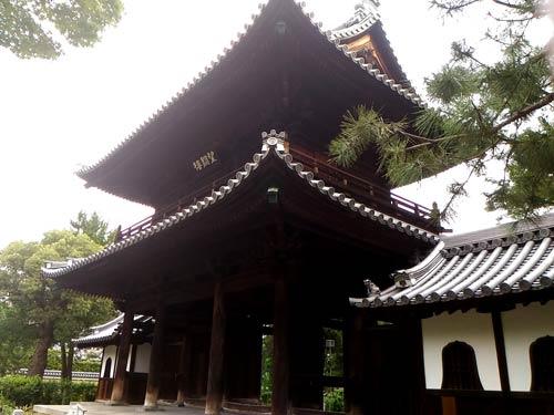 建仁寺の三門横から