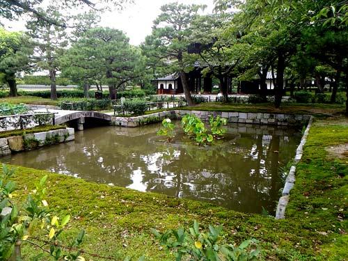 建仁寺三門前の池