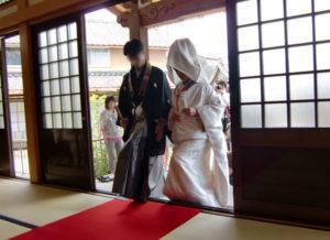 仏前結婚式服装