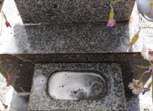 墓石を洗う